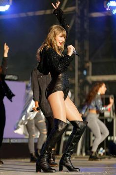 Taylor Swift Web Photo Gallery: Click image to close this window Taylor Swift Fotos, Taylor Swift Legs, Estilo Taylor Swift, Long Live Taylor Swift, Taylor Swift Style, Taylor Swift Pictures, Taylor Alison Swift, Celebrity Boots, Red Taylor
