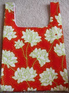 Lined shopping bag. Leads to another tutorial showing one that folds up into a pocket on the front.
