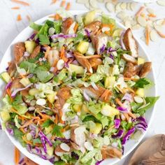 Hawaiian Salad with Pineapple Chicken - This healthy tropical salad has ginger-soy marinated chicken pineapple chunks romaine lettuce red cabbage carrots almonds and a soy sauce and sesame vinaigrette! Vinaigrette, Hawaiian Salad, Hawaiian Luau, Pineapple Chicken Recipes, Hawaiian Recipes, Hawaiian Chicken, Fresco, Salad Recipes, Healthy Recipes