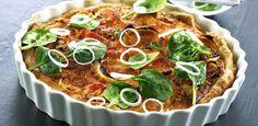 Laksetærte med GOURMETtrim røget laks, bagte løg og spinatsalat