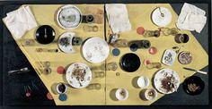 Daniel Spoerri, Repas hongrois, tableau-piège, 1963 Assemblage. Métal, verre, porcelaine, tissu sur aggloméré peint, 103 x 205 x 33 cm. Achat, 1992. AM 1992-112. © Adagp, Paris.
