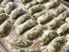 Volite italijansku kuhinju, razne testenine i njoke? Ovog vikenda se posvetite pripremi pravog italijanskog obroka, a u pitanju su njoke od spanaća u umaku od gljiva.