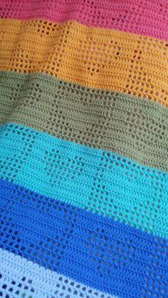 Modern filethaken: tussendoor een beetje kleur erin kan een oud patroon weer heel nieuw leven in blazen. Filethaken kan dus ook Crochet Heart Blanket, Baby Afghan Crochet, Manta Crochet, Crochet Pillow, Gilet Crochet, Diy Crochet And Knitting, Crochet Afgans, Learn To Crochet, Free Baby Blanket Patterns