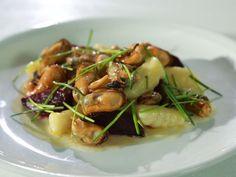 Slávky s červenou řepou a bramborovými gnocchi Gnocchi, Asparagus, Potato Salad, Potatoes, Vegetables, Ethnic Recipes, Food, Studs, Potato
