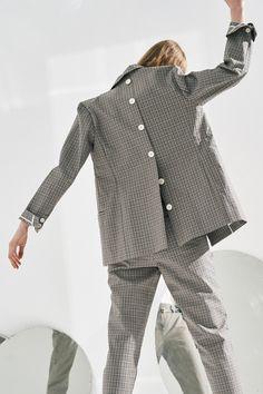 Open back blazer with buttons Look Fashion, Autumn Fashion, Womens Fashion, Fashion Design, Moda Boho, Moda Vintage, Jackett, Minimalist Fashion, Minimalist Style