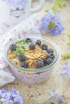 Pudding di semi di chia alle more e latte di mandorla con granola2