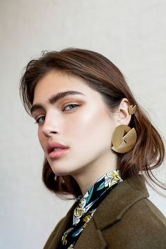 Jewelry Rings Emerald Cookie earring / gold minimalist silver earring geometric gold earrings long post stud earring gold cocktail earring modernist earrings Statement single earrings feature two intersecting semi circles. Fotografie Portraits, Fashion Fotografie, Fashion Models, Fashion Beauty, Trendy Fashion, Chica Cool, Statement Earrings, Gold Earrings, Mannequins