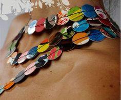 Collar de círculos de posters reciclados