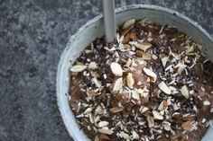 Grød med mørk chokolade /  1 dl havregryn 1 banan 1 spsk kokos 2 spsk kakao 10 g mørk chokolade til topping 1-2 dl mælk ---  Smid gryn, banan, kokos, kakao og mælk i en gryde. Kog op, og rør rundt undervejs.