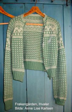 Henger i Frøkengården på Hvaler Vintage Knitting, Lace Knitting, Knitting Patterns, Crochet Cardigan, Knit Crochet, Norwegian Knitting, Fair Isle Knitting, How To Purl Knit, Warm Outfits