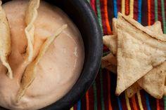 El sabor ahumado y picante del chile chipotle se combina con el sabor delicado del atún en una mezcla cremosa conocida como Dip de Chipotle con Atún.