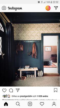 Knopplist som smälter in med bröstpanel Decor, Furniture, House, Home, House Inspiration, Bathroom Mirror, Framed Bathroom Mirror, Inspiration, Paneling