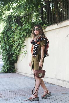 Mi Armario en Ruinas. Khaki wrapped dress+brown ankle strap plattform sandals+brown shoulder bag+ethnic scarf+sunglasses. Summer outfit 2016