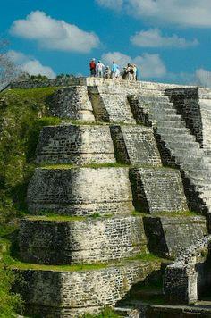 """BENVENUTI IN BELIZE! Go CentroAmerica organizza viaggi tra i fantastici siti archeologici dei Maya. Potrai visitare queste emozionanti rovine grazie a Tour2000: """"Classico Belize"""", Belize e New York, grattacieli e giungla"""", Belize in movimento""""."""