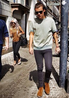 I am in love with Harry's shirt!! If I knew him and we were best friends I would so ask to borrow it XDD :3