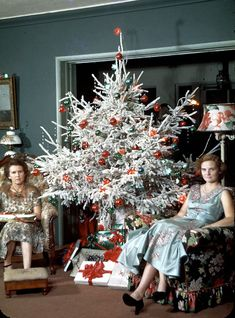 Flocked Christmas Trees and White Christmas Trees, 1954 Don't they look happy! Ghost Of Christmas Past, Flocked Christmas Trees, Old Christmas, Old Fashioned Christmas, Retro Christmas, Christmas Humor, All Things Christmas, Christmas Decorations, Tinsel Tree