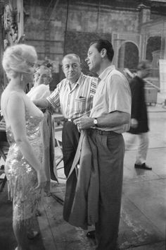William Holden visiting Marilyn on the set of Some Like It Hot, Marilyn Monroe Movies, Marilyn Monroe Photos, Hollywood Hills, Old Hollywood, Valentines Day Massacre, Mafia Gangster, Some Like It Hot, French Films, Rare Photos