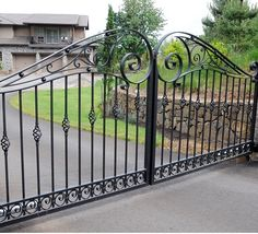 Gates Steel Railing Design, Iron Stair Railing, Wrought Iron Fences, Wrought Iron Doors, Balcony Design, Fence Design, Iron Gates Driveway, Driveway Landscaping, Grades