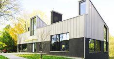 Casa de campo moderna de dos pisos [Planos] Multi Story Building, Mansions, House Styles, Outdoor Decor, Home Decor, Ideas, Modern Cottage, Cottage House Designs, Mountain Houses