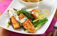 Att göra egna fiskpinnar är enkelt och mycket godare än färdigköpta. Gräslökssåsen smakar underbart till.