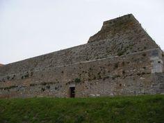 Situata sul punto più alto della città, la fortezza di Lucera si snoda con la sua cinta murariaper circa 900 metri ed è rinforzata da torri, di cui due circolari dette Torre della Leonessa o della…