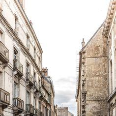 Gegenüber #03 – Straßen in der französischen Stadt Dijon ohne die Straße zu zeigen. Aber die Richtung. Die Straßenseiten im Dialog. 2014, MD | © www.piqt.de | #PIQT