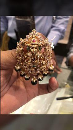 Gold Jhumka Earrings, Jewelry Design Earrings, Gold Earrings Designs, Bead Jewellery, Gold Choker, India Jewelry, Jewellery Designs, Necklace Designs, Gold Jewelry Simple