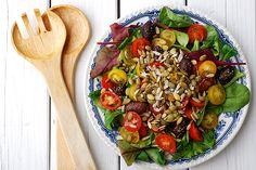 Frötoppad tomatsallad  Ibland är den enklaste salladen den godaste och det visar verkligen denna tomatsallad. Med fina grönsaker, en god olivolja och knapriga frön på toppen blir detta en underbar sommarsallad som passar utmärkt att servera som tillbehör till grillat. Kung Pao Chicken, Ratatouille, Pasta Salad, Ethnic Recipes, Crab Pasta Salad