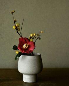 . . . #pottery #bizen #bizenyaki #landscape #bizenware #japan #ceramics #atelier #craft #crafts #artsandcrafts #ikebana #flower #winter #plants #vase #bowl #light #atelier #椿 #蝋梅 #うつわ #器 #なげいれ #いけばな #花器 #掛花 #白花 #備前焼 #森本仁mm_hitoshi
