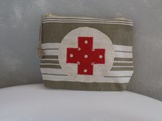 Trousse à pharmacie vintage en toile à matelas ancienne croix en lin rouge à pois : Trousses par rouge-lin-et-bois