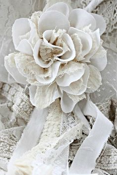 6 Easy And Cheap Unique Ideas: Shabby Chic Pink And White shabby chic white paint. Cloth Flowers, Fabric Roses, Burlap Flowers, Lace Flowers, Wedding Flowers, Flores Diy, Diy Rose, Material Flowers, Shabby Chic Flowers