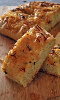 La focaccia de cebolla dulce es un pan plano y esponjoso lleno de sabor, y debo recalcar que es uno de mis favoritos por sabroso y sencillos de preparar.