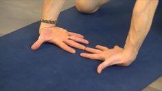 Øvelsene hjelper deg å bygge sterke og fleksible håndledd, og hvordan du skal plassere skuldre og skulderbladene dine for å skape en sterk struktur når du praktiserer yoga.