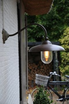 Outdoor lamp Tierlantijn Lighting ; voor tussen de twee garagepoorten .