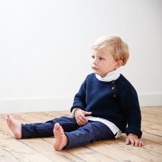 Ce joli pull en maille est tricoté au point mousse dans une jauge de coton qui lui donne à la fois légéreté et élégance. Parfait pour garçons et filles, la couleur bleu marine est un classique pour l'hiver.