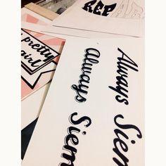 Varias piezas sin enmarcar y algunas en proceso #lettering #sketch #alejandroolarteletteringstuff #aolartelettring