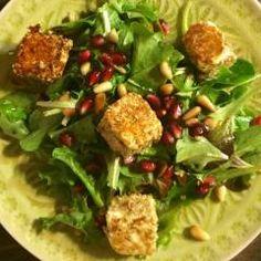 Salat mit Sesam-Feta-Würfeln & Granatapfelkernen