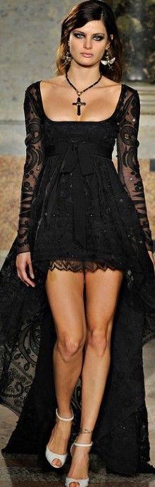Emilio Pucci (boynundaki o kocaman kolye, kulaklarındaki acaip küpeler, yoğun siyah elbisenin altına bembeyaz ayakkabı hiç olmamış hiiççç... ama elbise süper şön, bayıldım :) )