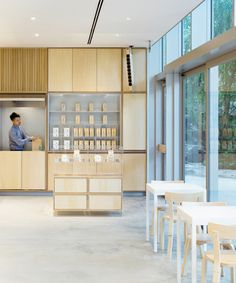 Blue Bottle Coffee Roppongi Cafe is a minimal coffee shop located in Tokyo, Japan, designed by Schemata Architects. Roppongi, Cafe Bar, Minimalist Interior, Modern Interior, Interior Design, Restaurant Design, Café Design, Blue Cafe, Blue Bottle Coffee