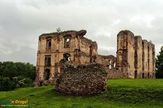 """Na """"malowniczym wzgórzu"""", nieopodal sennego miasteczka majaczą ruiny średniowiecznego zamczyska. Czasy jego świetności to już tylko legendy."""