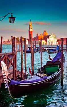 Venice gondola stand • photo: Robson Galdino on Flickr