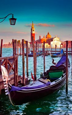 Venice gondola stand • photo: Robson Galdino on Flickr