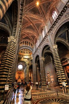 Catedral de Siena ou Duomo di Siena, é a catedral medieval de Siena, na Itália. Cathedral Architecture, Religious Architecture, Architecture Old, Verona Italy, Puglia Italy, Venice Italy, Unusual Buildings, Beautiful Buildings, Venice Travel