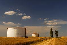 Tierra de Campos. Esa Castilla plana, casi desértica y su cielo azul. Nunca se olvida