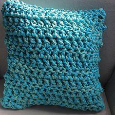 Pensa em uma almofada super macia, é a almofada de crochê gigante, feita com fio de malha! #crochê #crochet #giantcrochet #decorecomcrochê #decoração #fashioncraftateliê