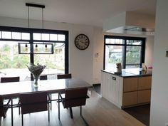 Landelijke strakke keuken in lichte eik, zwarte ramen pastorij stijl