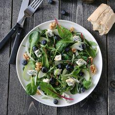 SALAT MED EPLER, BLÅMUGGOST OG VALNØTTER Saint Agur, Starters, Sprouts, Spinach, Berries, Pizza, Cheese, Vegetables, Recipes