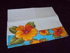 Barrado e aplicação em chita laranja e turquesa. Patch aplique e bordado a mão em ponto caseado. Patch Quilt, Plastic Bag Holders, Flower Embroidery Designs, Linen Pillows, Kitchen Towels, Tea Towels, Quilt Patterns, Diy And Crafts, Applique