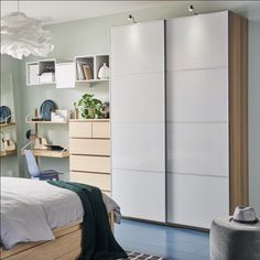 Iz majica kratkih rukava i lagane odeće u džempere, šalove i kapute. Wardrobe Room, Wardrobe Design Bedroom, Bedroom Furniture Design, Closet Bedroom, Built In Cupboards, Bedroom Cupboards, Wardrobe Door Designs, Closet Designs, Wardrobe Ideas