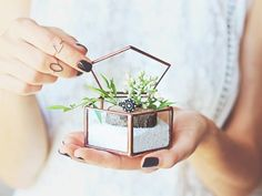 This mini glass geometric ring bearer box with its pentagon lid on top, is all devoted to keep your rings safe and to look beautiful at the same time! Besides being a perfect for windy Summer weddings, you are welcome to use it as a charming nest for your small jewelry.
